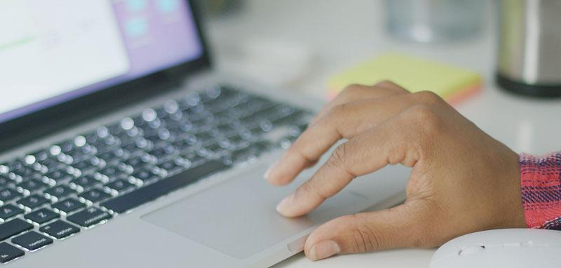 femeie-se-informeaza-de-pe-internet